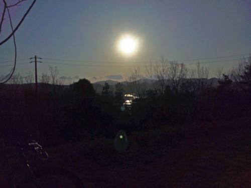 終盤、東側の丘陵地帯から多治見を見下ろしたら土岐川が光っておりました。